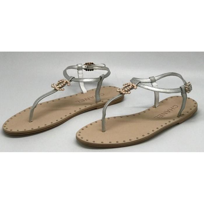74a6c539a404 Эксклюзивная брендовая модель Женские брендовые кожаные сандалии Chanel  Cruise серебристые на плоской подошве