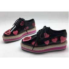Женские осенние кожаные с лаком ботинки Prada черные с сердцами