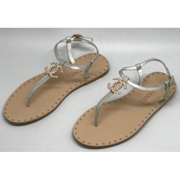 4d6ac53dfdbf Эксклюзивная брендовая модель Женские брендовые кожаные сандалии Chanel  Cruise серебристые на плоской подошве