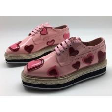 Женские осенние кожаные с лаком ботинки Prada розовые с сердцами